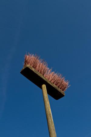 Broom contre un ciel bleu foncé