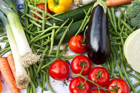 Légumes sur une table avec le fond sur Banque d'images