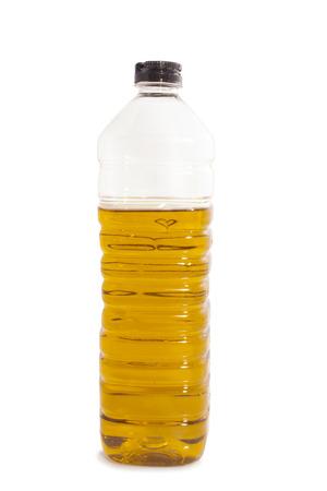 aceite de cocina: Aceite de oliva en una botella de pl�stico aislado m�s de blanco Foto de archivo