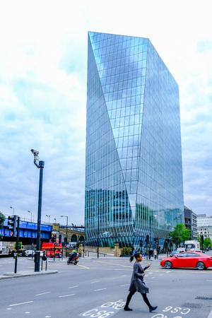 Southwark, Londen, Verenigd Koninkrijk - 2 mei 2017: 240 Blackfriars Road, 20 verdiepingen tellende wolkenkrabber. Straatscène met mensen en verkeer.