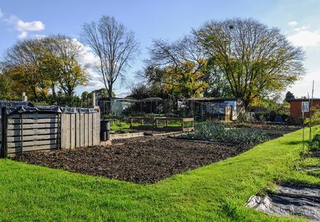 Lot d'allotissement en automne. Un lotissement est une petite parcelle de terrain où vous cultivez vos propres légumes. Banque d'images - 89447600
