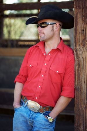 Handsome Cowboy standing in the barn Banque d'images