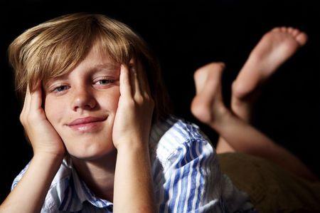 Cute ragazzo su sfondo nero  Archivio Fotografico - 2804933