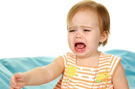 fille pleure: Baby Crying et d'atteindre quelque chose sur fond blanc Banque d'images