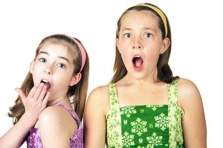 Twee lieve kleine meisjes met een verbaasde blik op hun gezicht Stockfoto