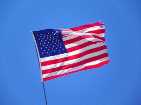 약간 너덜 미국 국기는 여전히 자랑스럽게 흔들며