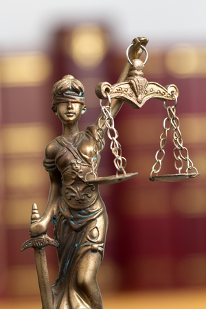 Statue of the goddess of justice Themis on the background of the books of law Zdjęcie Seryjne