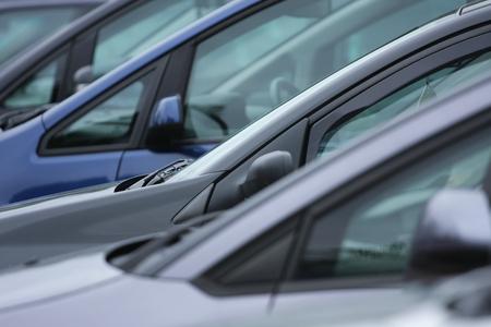 Gezien vanaf de zijfragmenten van staande personenauto's Stockfoto
