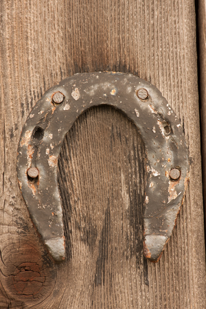Old horseshoe nailed to a wooden wall Banque d'images