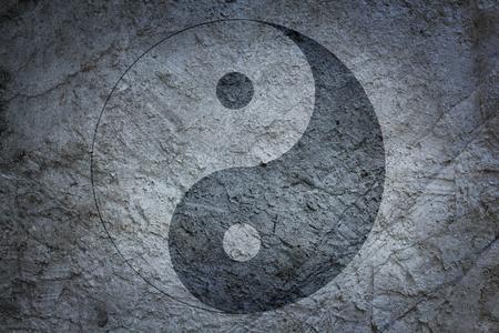 Signo de yin yang chino sobre un fondo de una superficie de hormigón Foto de archivo