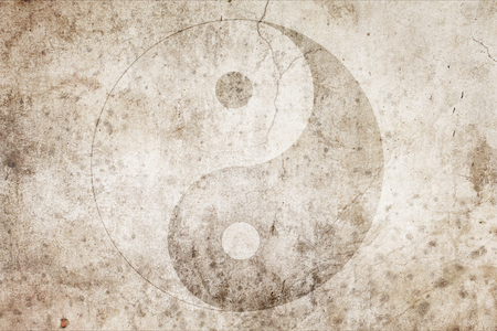 Signe du yin yang chinois sur un fond sur un vieux mur