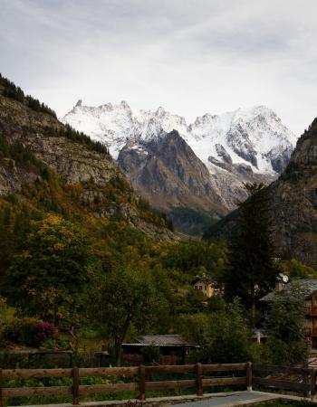 courmayeur: Vista de las monta�as de Courmayeur en Italia Foto de archivo