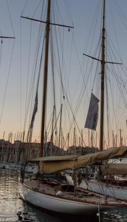bateau de course: Bateau en bois de course dans le port de Marseille