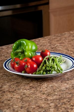 Plaat van groene peper, tomaten en asperges
