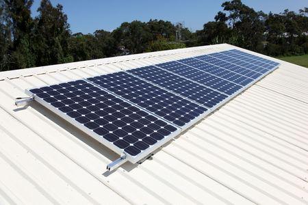 paneles solares: C�lulas de panel solar superior de techo residencial. Energ�a solar se est� convirtiendo en una parte importante de la mezcla de energ�a.