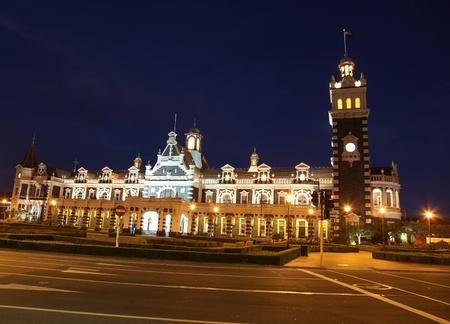 Celebre stazione ferroviaria di Dunedin storico a notturna. - Dunedin in Nuova Zelanda. Questo ornato in stile rinascimentale fiammingo edificio è stato inaugurato nel 1906 ed è un famoso punto di riferimento nella città universitaria.