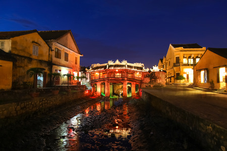 ponte giapponese: The Japanese coverage bridge at night - Hoi AN Vietnam. This bridge connected the Japanese section of the old town of Hoi An and was built in 1590.