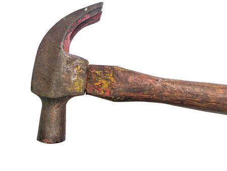 Vieux marteau rouillé isolé sur blanc.