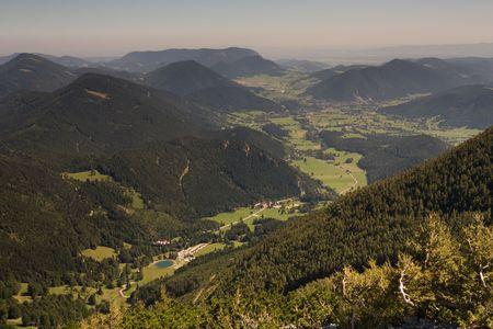h�tte schnee: Tal unter dem Schneeberg-H�gel in Alpen, �sterreich