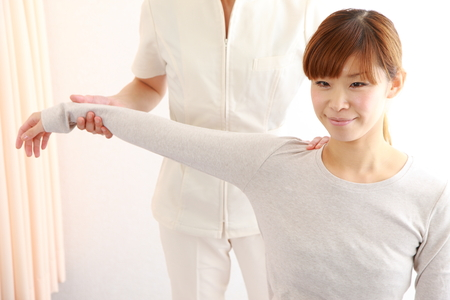 young Japanese woman getting chiropractic Stockfoto