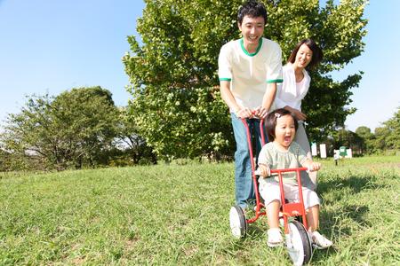 日本の家族は公園で遊んで