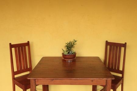 노란 벽이있는 식탁 스톡 콘텐츠 - 32344712