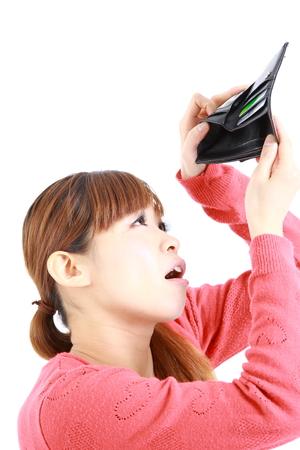 彼女の空の財布を見て、日本の若い女性