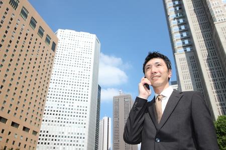 conversaciones: hombre de negocios japon�s habla con un tel�fono m�vil