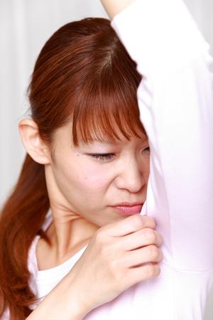 Mujer worrys sobre el olor corporal