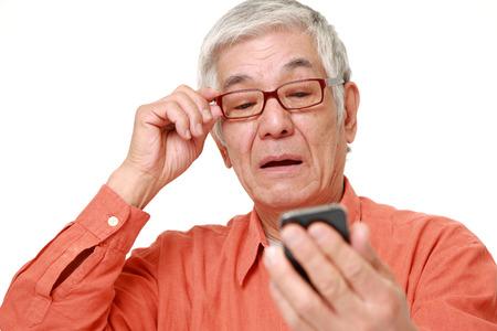 persona mayor: El hombre japon�s mayor con presbicia