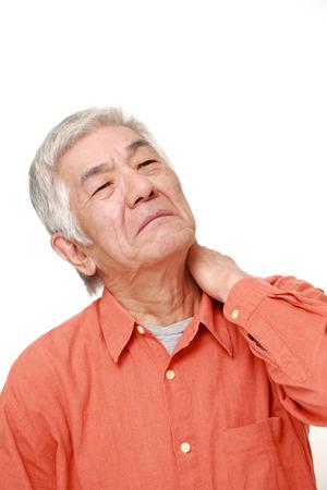 首の痛みに苦しんでいる年配の日本人男性人