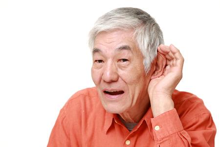 personas escuchando: Discapacidad Auditiva hombre japon�s mayor