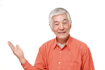 hombre viejo: El hombre japon�s mayor presenta y que muestra algo