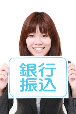 bank overschrijving: zakenvrouw met een message board met de zin overschrijving in Kanji