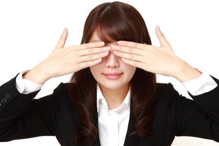 mujer trabajadora: Retrato de la empresaria que cubre su rostro Foto de archivo