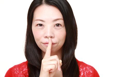 제스처: Japanese woman whith silence gestures