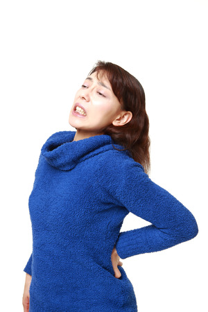 dolor de espalda: Mujer asiática sufre de lumbago