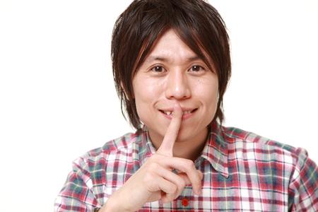 日本の若者男 whith 沈黙ジェスチャー