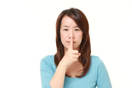 gestos: Mujer japonesa poco con gestos silencio