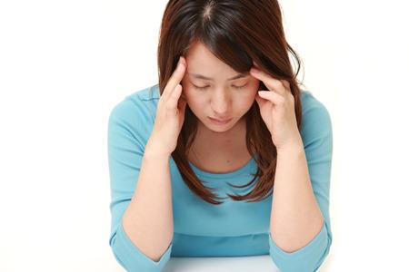 mujer decepcionada: mujer sufre de dolor de cabeza Foto de archivo