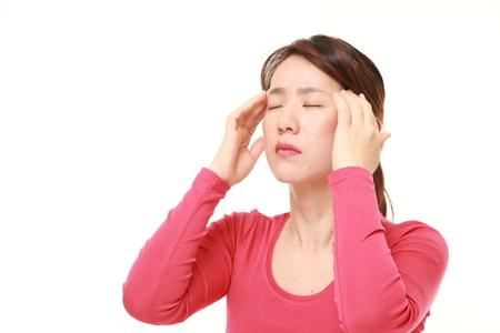 頭痛に苦しんでいる日本女性