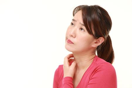 日本人の女性が彼女の首の傷