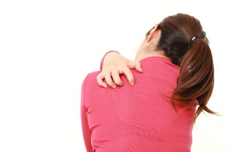 女性が彼女の背中を掻く