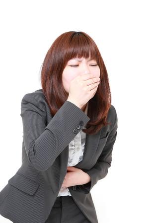 the vomiting: joven empresaria japonesa se siente como vómitos Foto de archivo