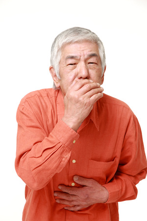 vomito: El hombre japonés mayor se siente como vómitos