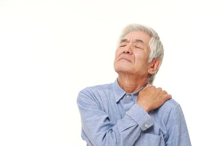 首の痛みに苦しんでいる年配の日本人男性