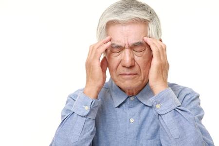 dolor de cabeza: El hombre japonés mayor sufre de dolor de cabeza Foto de archivo