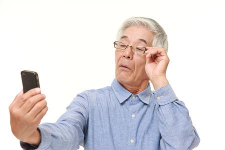 老眼と年配の日本人男性