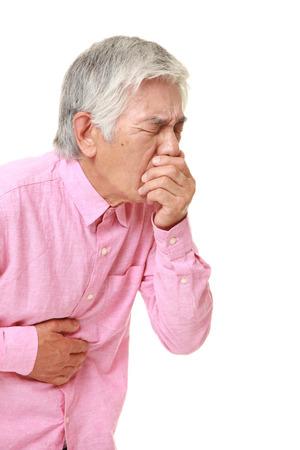 vomito: El hombre japon�s mayor se siente como v�mitos