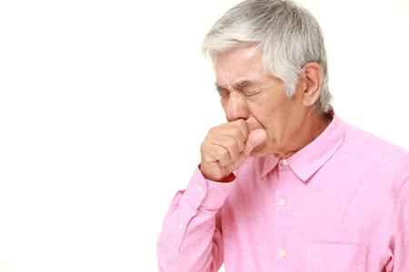咳年配の日本人男性